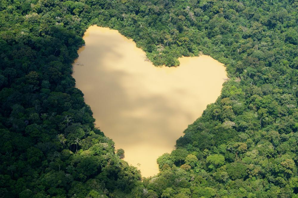 Lago a forma di cuore nelle foreste dell'Amazzonia